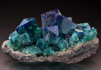 کانیها از عناصر مختلف تشکیل میشوند.
