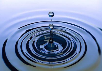 آب به داخل زمین نفوذ میکند و سفرههای آب زیرزمینی را تشکیل میدهد.